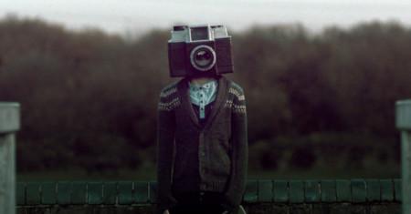 La bellísima pero oscura historia del chico con cara de cámara