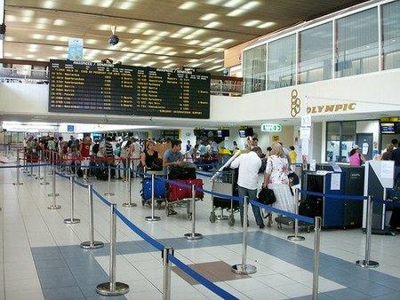 ¿Te cobran por las maletas en los aviones? Reclama, es ilegal