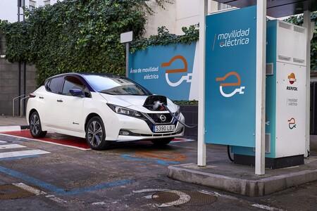 Si tienes un vehículo eléctrico de Nissan, recargarlo en una gasolinera Repsol será un 50% más barato