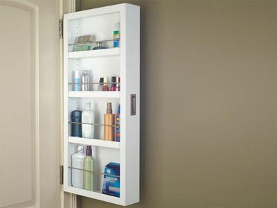 Aprovecha el espacio en el baño con un armario colgado en la puerta
