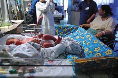 Mujer con dos úteros da a luz a mellizas