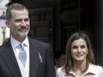 La Reina Doña Letizia se decanta por el rosa pastel, convirtiéndose así en la perfecta inspiración de bodas y comuniones