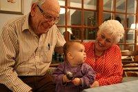 """""""Abuelos y abuelas... para todo"""" : la clase social puede marcar la diferencia entre disfrutar de los nietos o sentirse """"utilizados"""" por los hijos"""