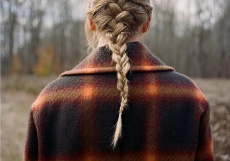 Taylor Swift lanza su álbum Evermore con el abrigo de cuadros otoñal más bonito: tres opciones para copiarla