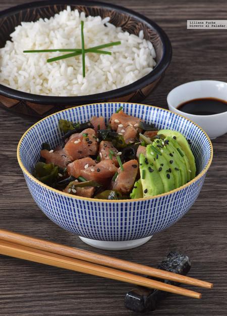 Poke de aguacate, arroz, salmón