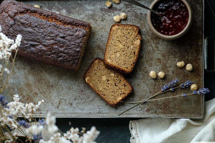 Cake ultratierno de plátano y avellanas, receta para desayunos que alegran las mañanas
