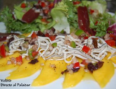 Ensalada con mango, gulas, pato y vinagreta de pimientos y aceitunas