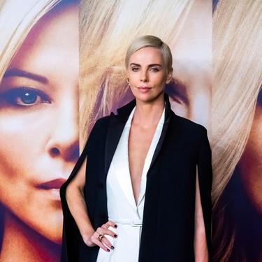 Charlize Theron luce con mucho estilo el look perfecto de noche en blanco y negro con pantalón