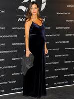 Sara Carbonero presume de labios rojos en su séptimo mes de embarazo: así la vimos anoche en un evento
