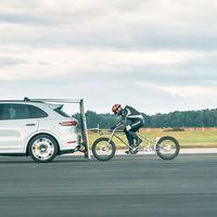 Porsche ayuda a romper un récord a 240 km/h... ¡En bici y pedaleando!