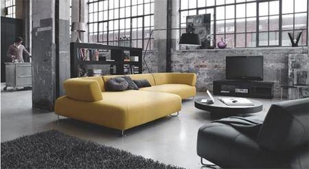 Un salón dorado y negro de BoConcept.