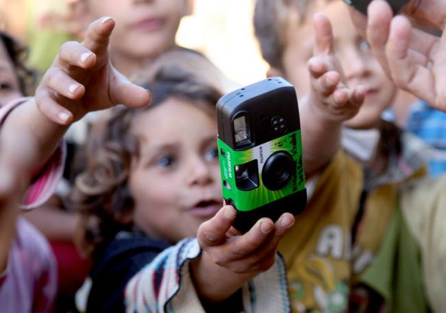 500 niños refugiados documentan su día a día con una cámara desechable