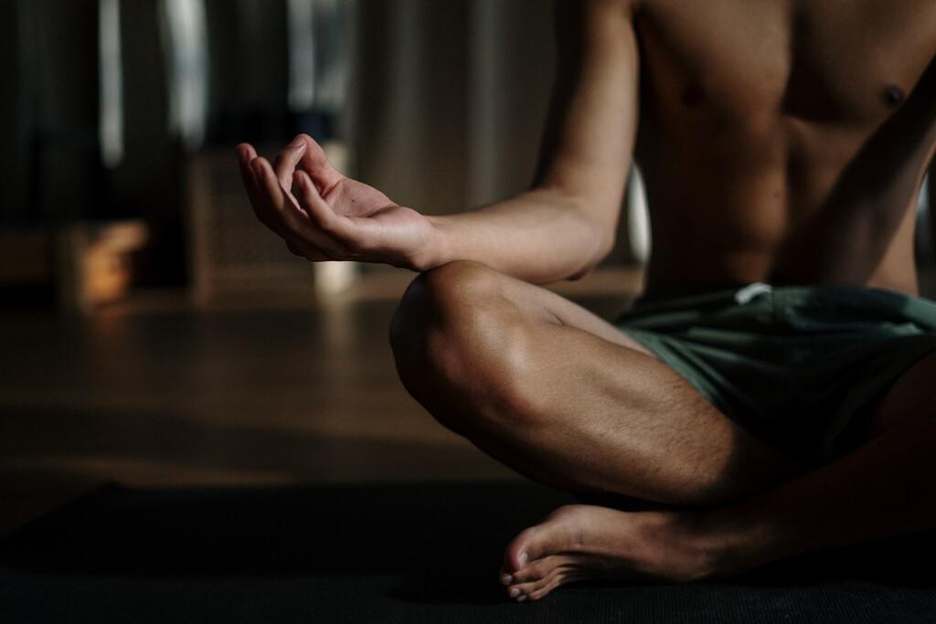 Si vas a empezar a practicar Bikram Yoga, estas 7 claves te ayudarán a superar tu primera clase con éxito