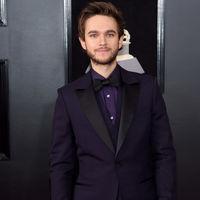 Zedd viste de ultravioleta, el color del año para la alfombra roja de los premios Grammy