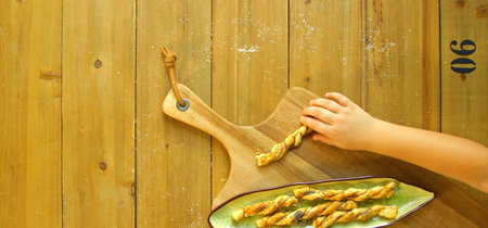 Palitos de hojaldre con mostaza y queso Parmesano: receta para hacer con niños (con vídeo incluido)