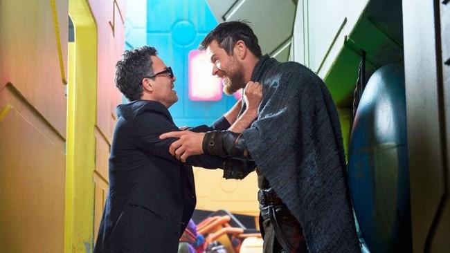 Mark Ruffalo y Chris Hemsworth en Thor Ragnarok