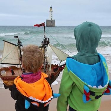 El barco pirata de Playmobil de dos hermanos escoceses que lleva un año navegando los mares del mundo