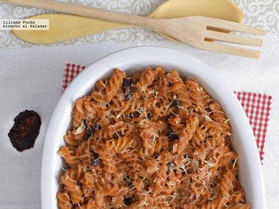 Pasta gratinada con salsa de verduras, nueces y tomate seco. Receta de aprovechamiento