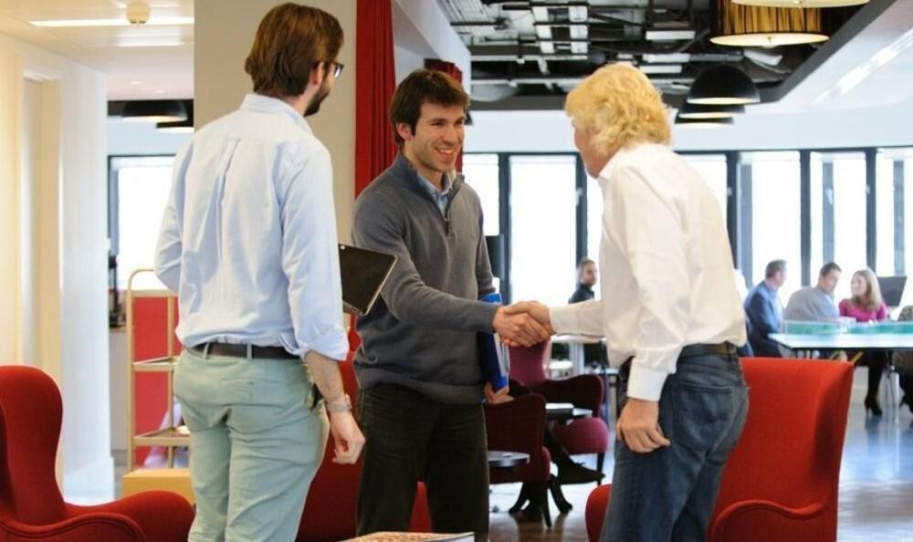 Los consejos de grandes CEO sobre cómo tener reuniones: desde mantenerse en pie hasta tratar los temas relevantes sobre un documento de Google
