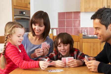 11 juegos de cartas con la baraja española para divertirse en familia