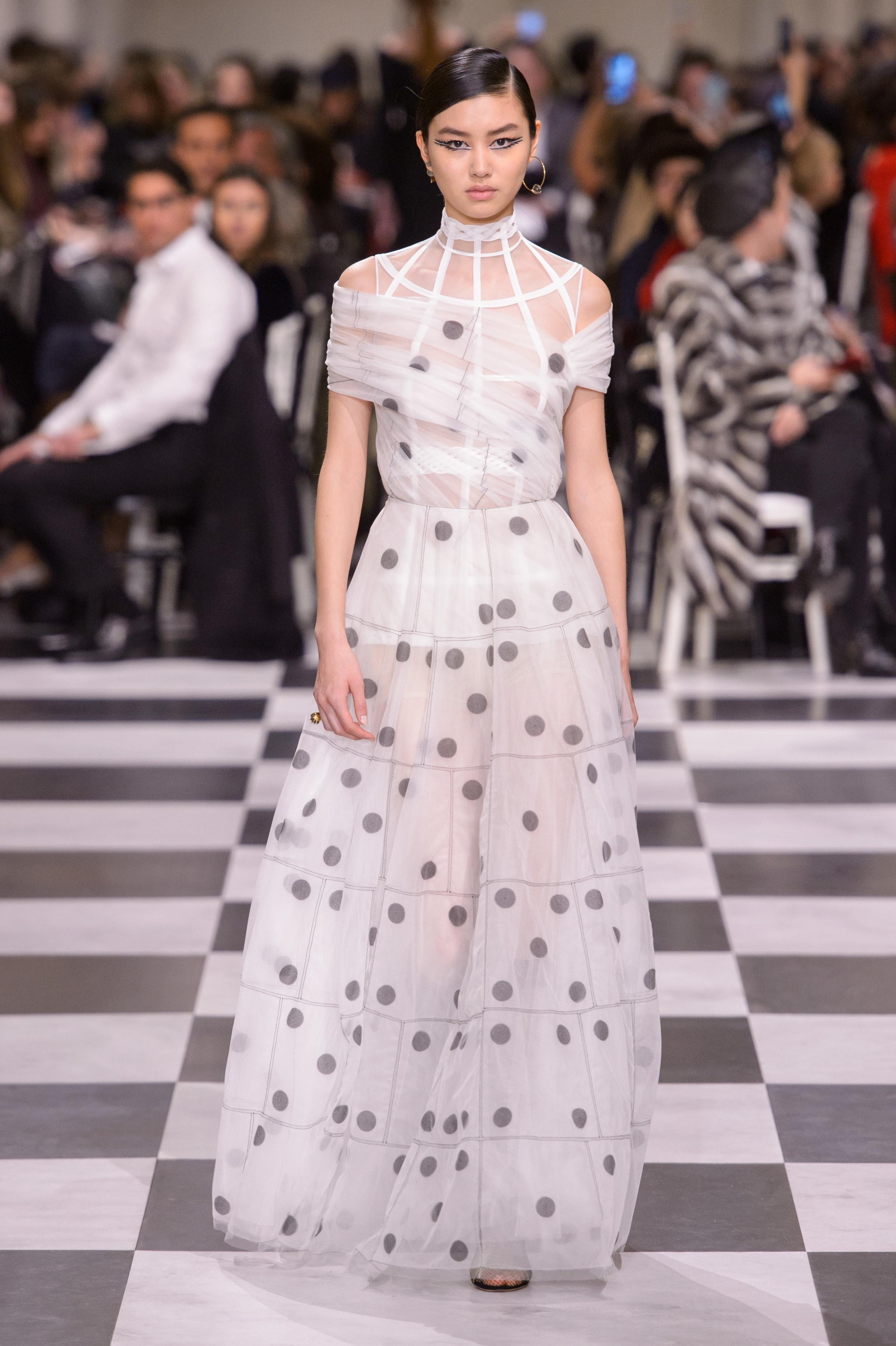 Foto de Dior Alta Costura: Maria Grazia Chiuri y su mágico desfile en blanco y negro Primavera-Verano 2018 (23/74)
