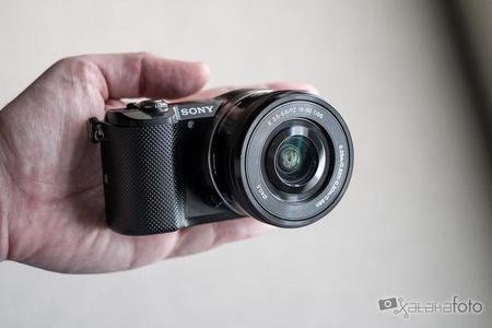 Sony A5000 en la mano