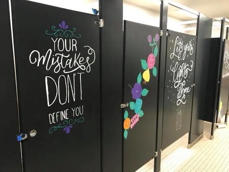 Padres dedican un fin de semana a pintar los baños del colegio con mensajes motivacionales para sus hijos