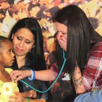 El momento en que una madre escucha otra vez el corazón de su bebé en el pecho de una niña de cuatro años