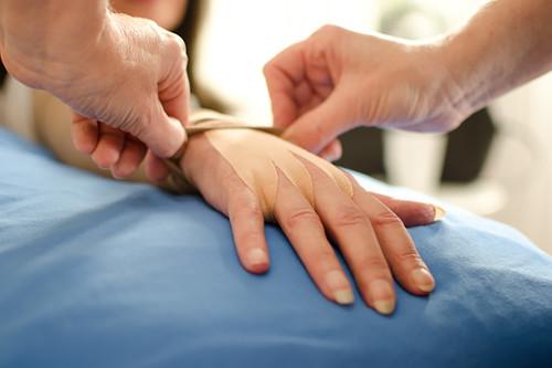 Linfedema: qué es esta patología, cuáles son sus síntomas y tratamiento