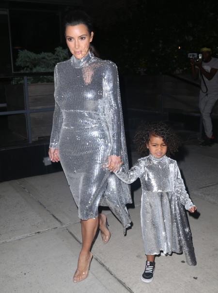 Kim Kardashian y North West: como dos gotas de agua (plateadas) con el mismo look