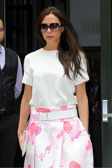 Victoria Beckham nos enseña cómo lograr un look casual con una falda midi (sin meter la pata)