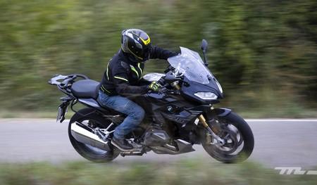 Probamos la BMW R 1250 RS: la quinta bóxer es una moto sport-turismo más afilada que nunca