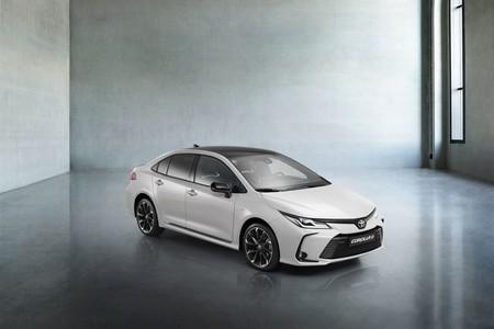 El Toyota Corolla Sedán GR-Sport sigue siendo un coche híbrido de 122 CV, pero vestido con un traje más deportivo
