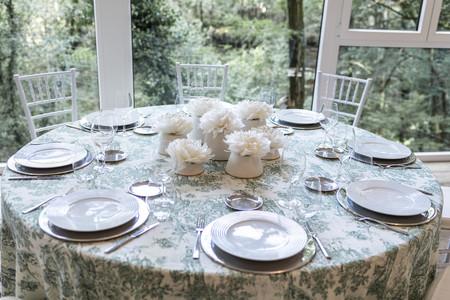Adornos florales realizados con plumas, la propuesta de Sebastian Suite para mesas en eventos