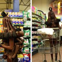 El increíble momento en el que una madre de una tribu y su bebé van a un supermercado a comprar comida