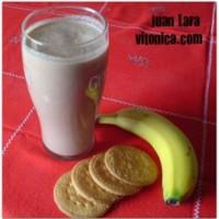 Batido de plátano, galletas y nueces. Receta Saludable