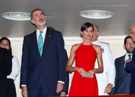 La Reina Letizia recurre de nuevo a un vestido rojo para triunfar en su primer look de gala en Cuba