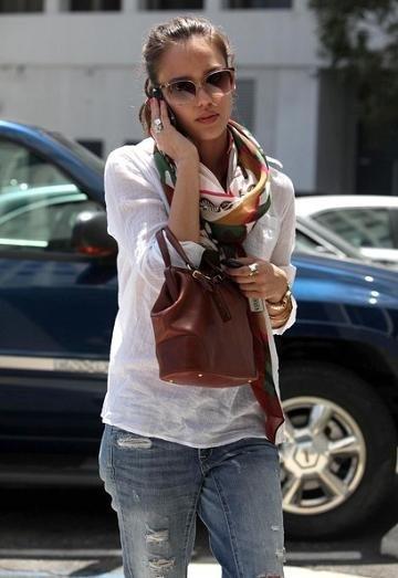 Con una camisa blanca y unos jeans aquí va tu look 10