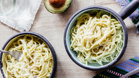 Espaguetis en crema picosa de aguacate. Receta fácil y rápida