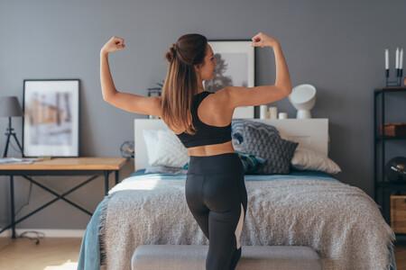 Combate la flacidez en los brazos con estos tres ejercicios que puedes hacer en el salón de tu casa