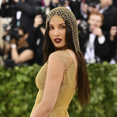 Gala MET 2018: Olivia Munn no escatima en dorados y se convierte en Cleopatra para la alfombra roja
