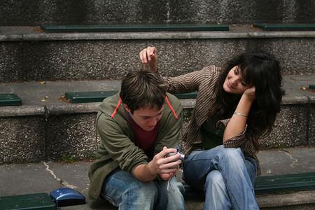 tocando el pelo al compañero