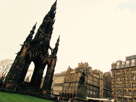 Asomarse al Monumento de Walter Scott en Edimburgo