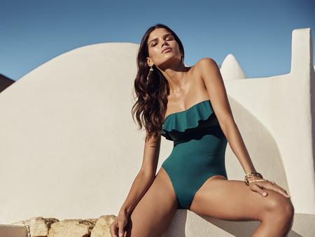 3c4f3e9b19 Los bikinis y bañadores con volantes arrasan este verano en playas y  piscinas