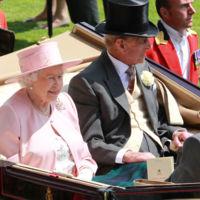 Sí, aunque no lo creas, el mejor truco para los vestidos de verano nos lo enseña Isabel II