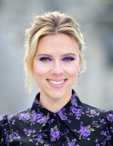 Scarlett Johansson nos conquista apostando por las flores (y el violeta) en un día gris de primavera