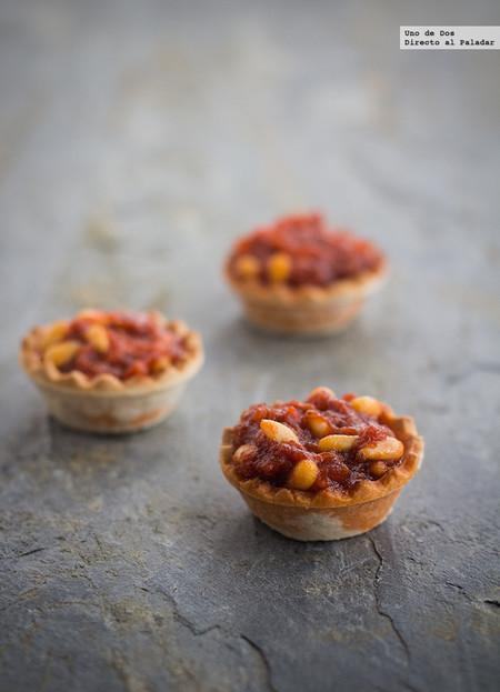 Tartaletas de sobrasada con miel y piñones, receta fácil para el aperitivo