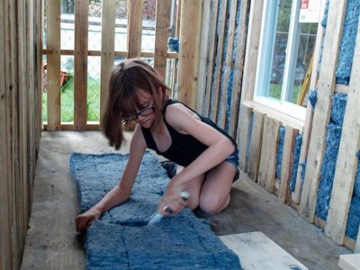 Una niña de 9 años construye refugios para las personas sin hogar