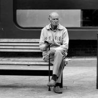 """Solos y conectados, la paradoja de la soledad en la época de los mil """"amigos"""" en redes"""