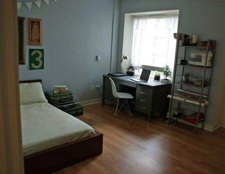 Un cuarto de invitados con espacio de trabajo
